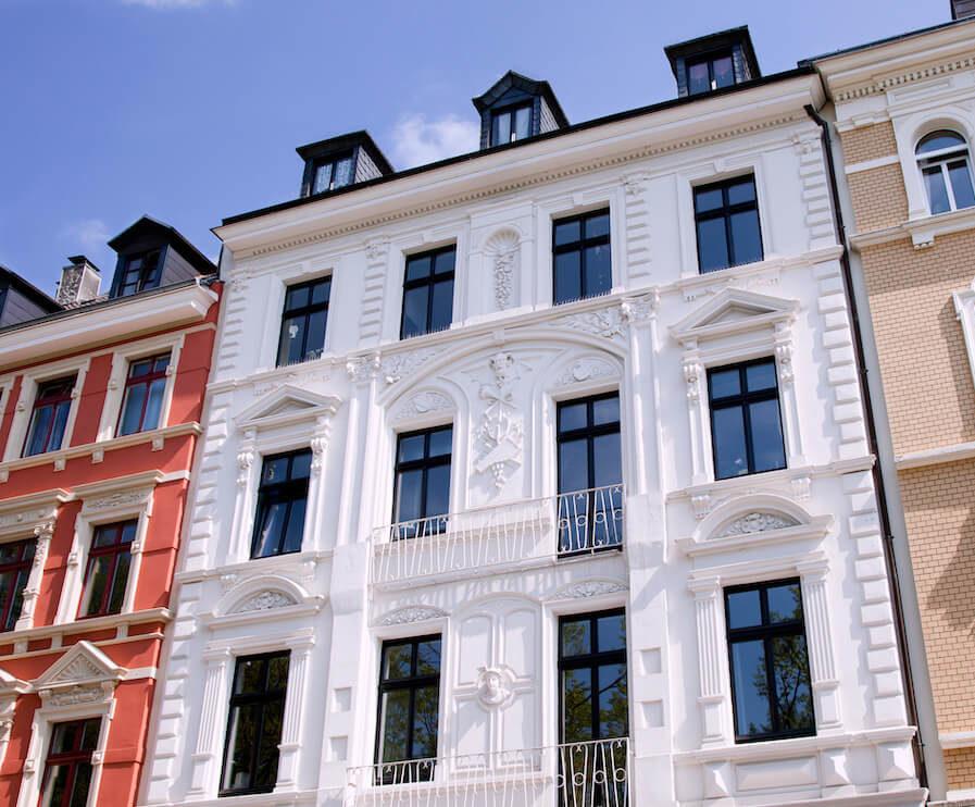 Als Maler für Fassadensanierung lassen wir Ihre Fasseden in neuem Glanz erstrahlen.